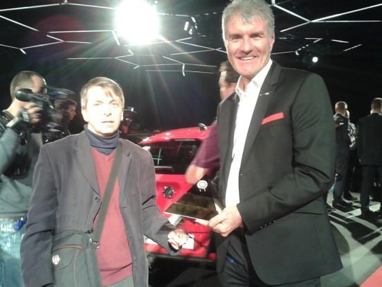 Gajdán Miklós (b.) az Opel Astra formatervezőjével, Mark Adams-szel a díjátadáson