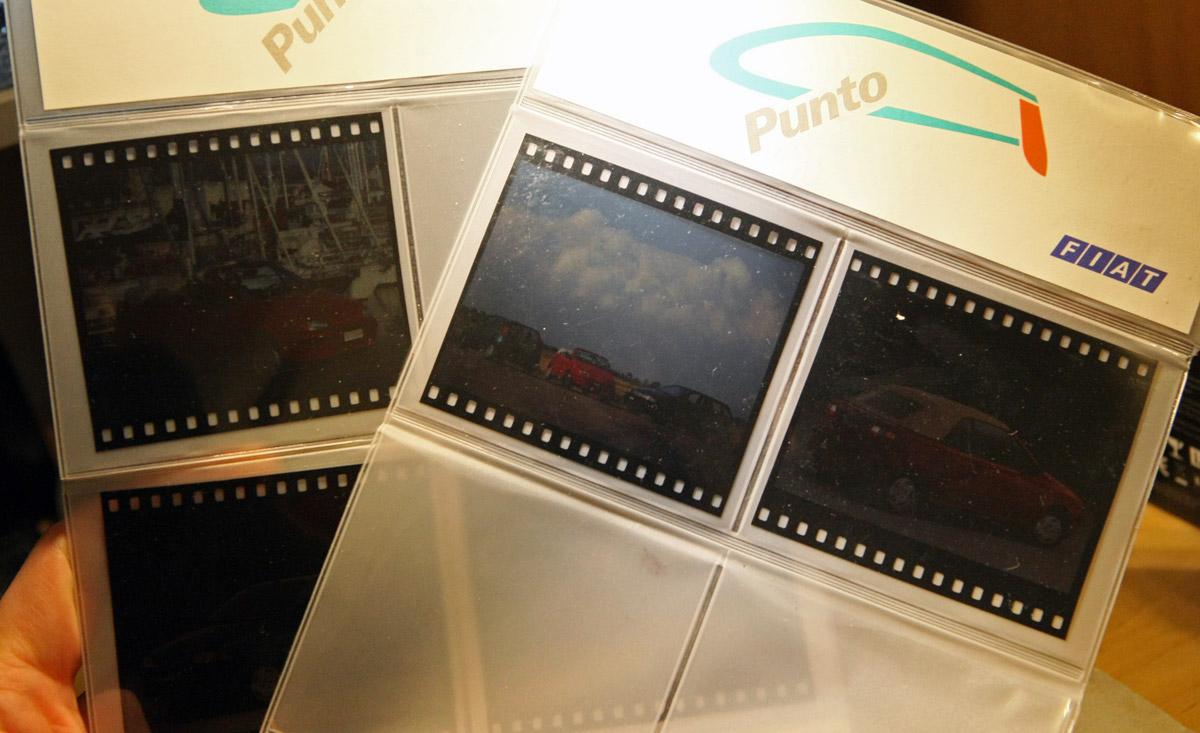 Csinos gyári csomagolásban így néz ki egy 7 centi széles filmre készített gyári fotósorozat