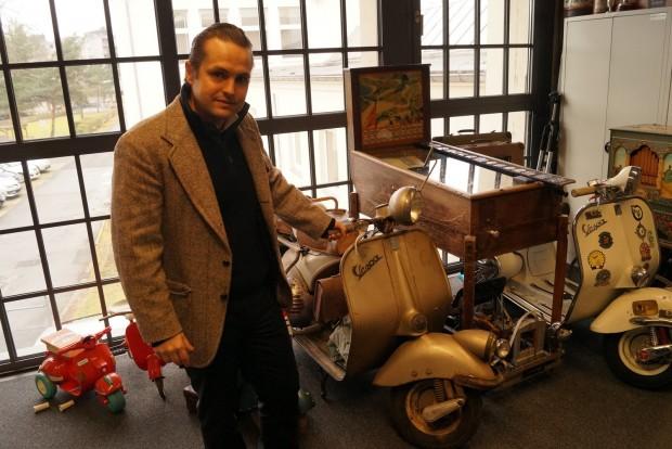 Mika Hahn, a düsseldorfi Classic Remise vezetője és düsseldorfi gyártású Hoffmann-Vespája