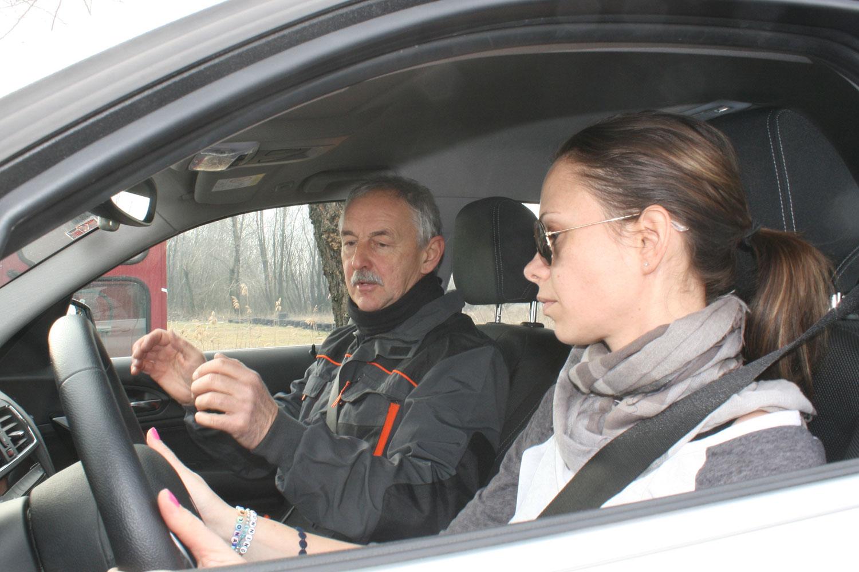 Székely Gyula épp kolléganőnknek, Anitának mesél arról, hogyan kormányozzon, ha a kocsi valami váratlant produkál a kocsi