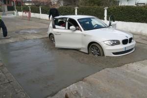 Friss betonba hajtott a BMW-s – Fotók
