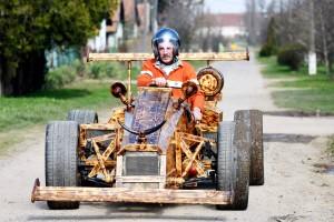 Fenyőpadlóból épített versenyautót egy magyar