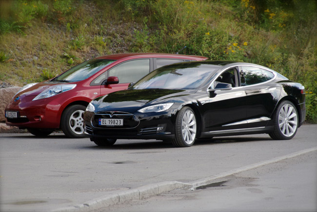 Nissan_Leaf_and_Tesla_Model_S_in_Norway