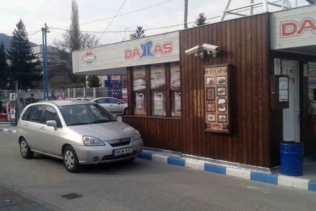 Budapesten 7,5, városon kívül 6,5 l/100 km körül mozog a fogyasztás az 1,-3-as motorral. A 103 vagy 107 lóerős ezerhatos is alig fogyaszt többet