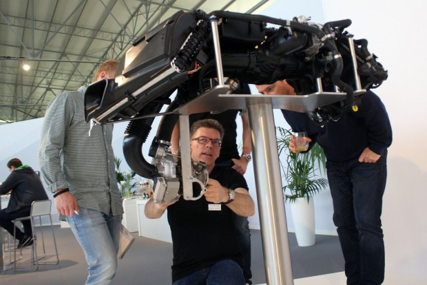 Matthias Hofstetter, a 911 és a 718 hajtáslánc-fejlesztésének vezetője a hűtőrendszerről mesél a kollégáknak. Az első Audi RS4 381 lóerős turbómotorját fejlesztette, majd átment a Porschéhez, ahol az első nagyobb munkája a Cayenne Turbo volt motorfejlesztőként. Szerinte 70 litert azért nem fogyaszt, mert annyit az üzemanyagszivattyúk sem préselnének át