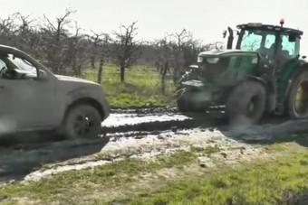 Traktorral mentették a csempész autóját Tiszabereknél
