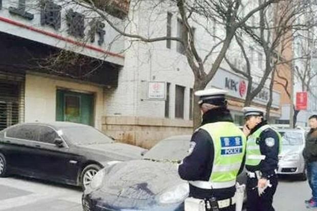 A rendőrök csak a fejüket vakarják, nem nyúlhatnak a kocsikhoz
