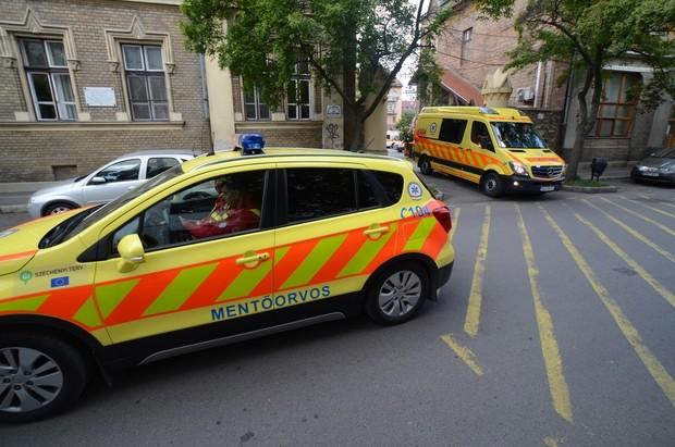 Miért megy személyautó a mentő előtt?