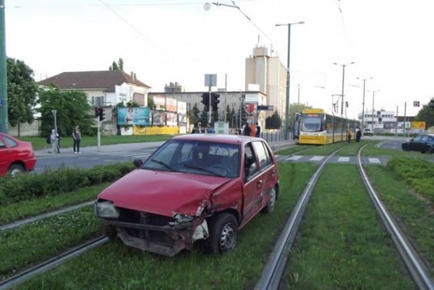 Lopott autóval repült a villamossínre Szegeden