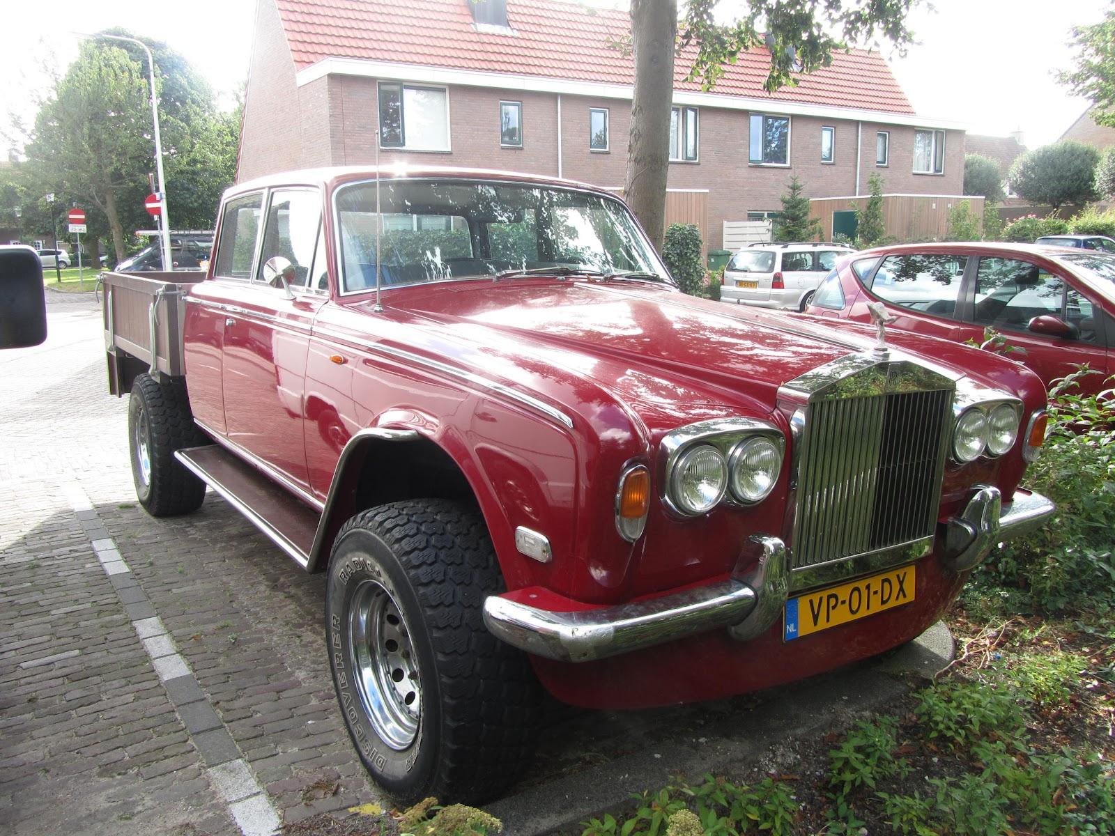 Elsőre ez is Rolls-Royce, de közel sem az, inkább egy luxusöltönybe bújtatott melós. A lemezek alatt ugyanis egy 1977-es Dodge W200 lapul.