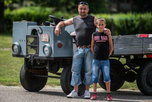 Kecel, 2016. június 11. Tóth Tibor (b) és Tóth Dániel áll egy Trabant motorral szerelt csettegõje mellett a VII. Keceli Meggyfesztiválon megrendezett csettegõk versenyén 2016. június 11-én. A Dél-Alföldön elterjedtek a csettegõk, amelyeket tréfásan mezõgazdasági kabriónak is neveznek. Ezek általában kiszuperált autók alkatrészeibõl egyedileg készített szállítójármûvek, amelyeket a gyümölcs- és szõlõtermelõk használnak a gazdaságukban. MTI Fotó: Ujvári Sándor