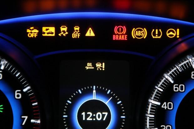 A vörös fékhiba-lámpa jelezheti a betét kopottságát de az alacsony fékfolyadék-szintet is. Régi autóknál ugyanz szolgált a kézifék behúzottságának jelzésére is, és álló helyzetben a motortérben a fékolajtartály fedelének gombját lenyomva ez a lámpa világít, ha kevés a fékfolyadék