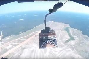 Így esik ki nyolc Humvee egy repülőgépből