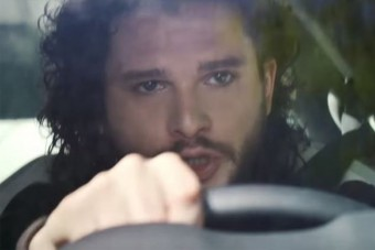 Havas Jon segít sportautót reklámozni
