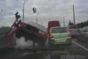 Későn fékezett a BMW-s, repüléses baleset lett a vége