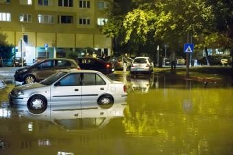 Hatalmas csőtörés Óbudán, vízben állnak az autók
