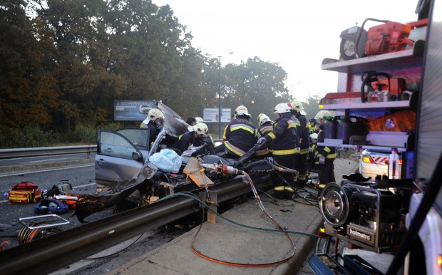 Budapest, 2016. október 23. Tûzoltók a Ferihegyi Repülõtérre vezetõ úton, ahol négy jármû ütközött 2016. október 23-án. A balesetben nyolcan megsérültek, egyikük életveszélyesen. MTI Fotó: Mihádák Zoltán