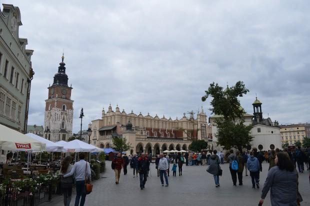 A krakkói óváros közepén található Posztógyárat és környékét nagyon sok turista keresi fel. Itt mindenki megtalálhatja a pénztárcájának megfelelő éttermet, vagy kávézót.
