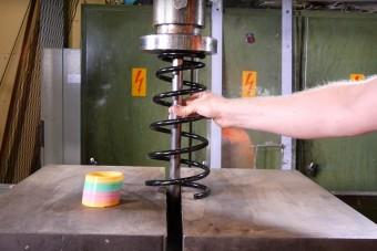 Nézd, mit művel a hidraulikus prés a spirálrugóval