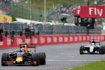 F1: A Mercedes óvott Verstappen miatt