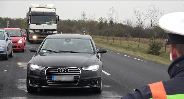 """A Suzuki helyett így az Audi kevésbé körülményes vezetője """"nyerte meg"""" a közúti ellenőrzést. A sofőr nem látszott boldognak."""