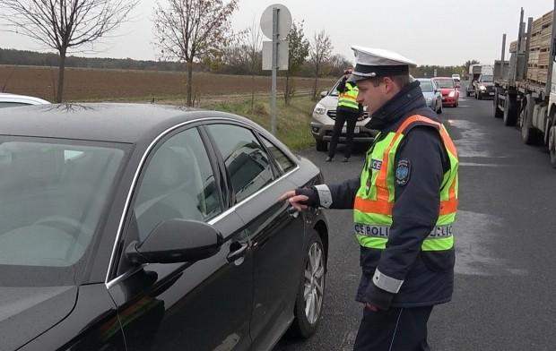 Jó napot kívánok, közúti ellenőrzés, kérem guruljon előbbre és készítse elő a vezetői- és a forgalmi engedélyt - köszönt be a lehúzott ablakon a rendőr, aki kis türelmet is kért, amíg tisztáz valamit.