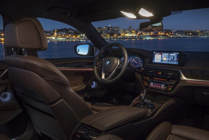 A színes képernyős kulcsot a kocsiban vagy USB-n át tölthetjük. Kiírja, hogy tényleg bezártuk-e az autót és megadja a hatótávolságot