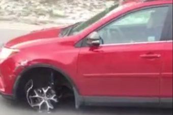 Nem zavarta a nőt, hogy nincs felni a kocsi alatt