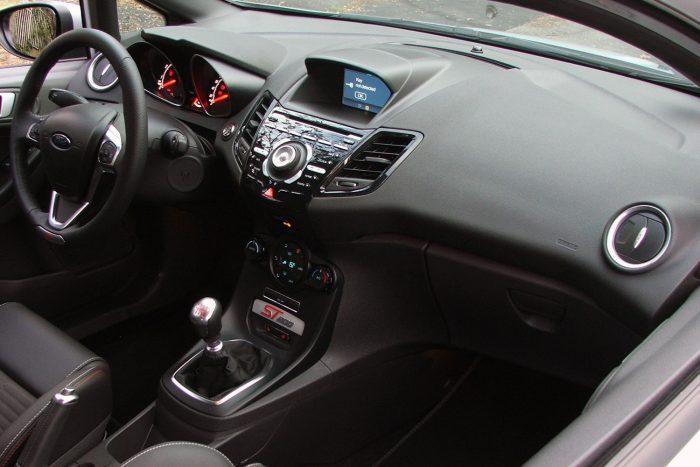 Nagyjából 30 gomb van a középkonzolon, de rövid beszokással használható az egész. A kis képernyőn látszik az autó kora, a FIesta 2008 óta van piacon