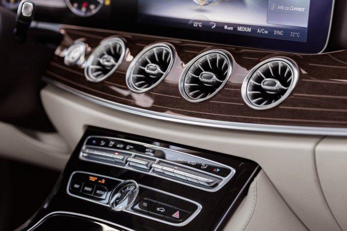 Ahogy a Mercedes szerint a hátsó lámpatest burájának a kialakítása az utánégető izzását idézi, úgy hasonlítanak gázturbinákra a légbeömlő rostélyok.