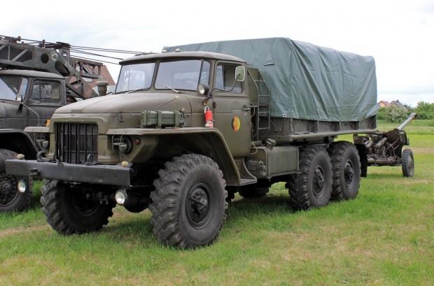 Ural 375D ponyvás felépítménnyel.