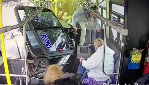 Buszba csapódott egy pickup Amerikában