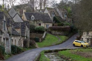Aljas támadás a városcsúfító sárga autó ellen
