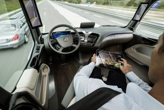 Önvezető kamionokat teszteltek az M1-esen