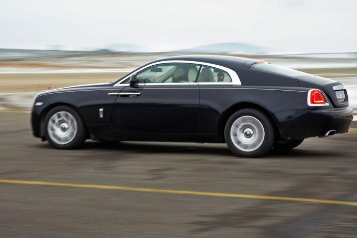 A Wraith érezhetően erősebb és közvetlenebb, de ízig-vérig luxusautó így is