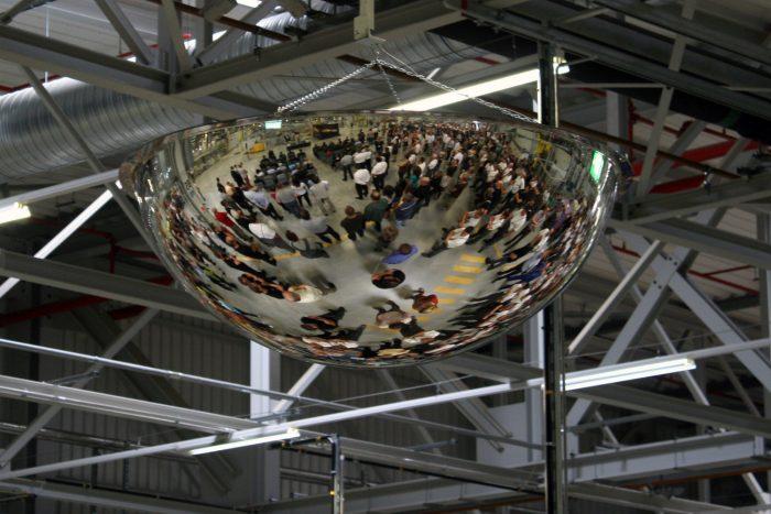 2300 ember dolgozik az Opel legnagyobb európai motorgyárában a vas megyei Szentgotthárdon. A csillogó fémvájdling egy domború tükör, amivel minden irányból láthatják egymást az emberek. Mint más autóipari üzemekben, itt is elsődleges a baleset-megelőzés