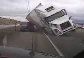 Rendőrautót lapított szét a kamion az erős szél miatt