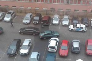 Kabaréba illő jelenet egy nyíregyházi parkolóban