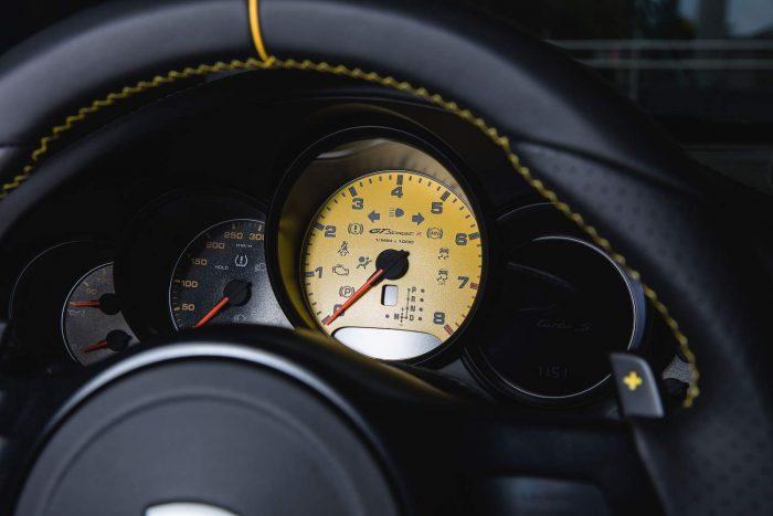 Hogy mennyivel? 300 km/órával. Itt még jelentős tartalékai vannak az autónak: a végsebesség 340 km/óra, álló helyzetből 2,7 mp alatt teleportál 100 km/órára a vászontetős fenevad.