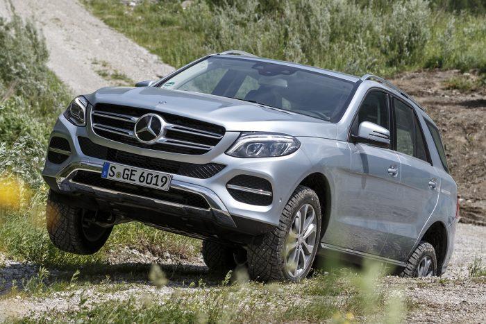 Mercedes-Benz GL, GLE / M-osztály (2016. január) A felfüggesztés felső lengőkarját rosszul csavarozták oda a tengelycsonkhoz, a hiba befolyásolhatja a jármű kormányozhatóságát.