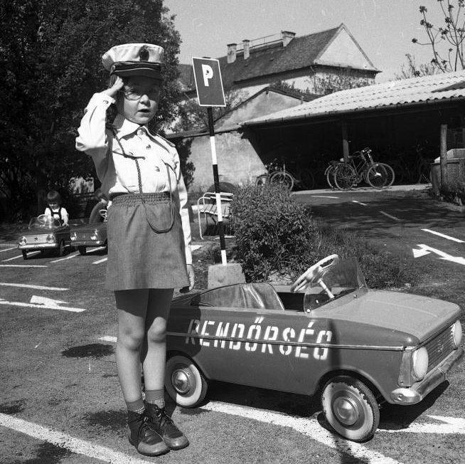 Ahogy a kor gyermekeinek megmaradt a rendőrautó, pedálos Moszkvics formájában. Szabadság út 4., Óvónőképző Intézet (ma Gál Ferenc Főiskola Pedagógiai Kar) udvara, KRESZ-park átadása. (FORTEPAN/MAGYAR RENDŐR)