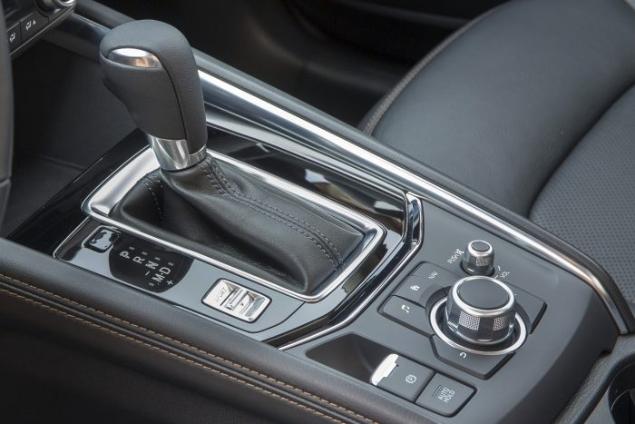 Magasabbra helyezték az automataváltó fokozatválasztó karját és a kézi sebességváltó kapcsolókarját is. Kényelmesebb és gyorsabb a váltás. A kézi váltó kapcsolhatósága példaértékű