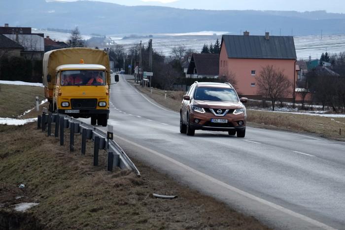 A szlovák útfenntartó Avia-ja. Bár a településeken gyakran kritikán aluli az út minősége, addig a főutak egész jók