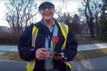 A motoros, aki virágokat osztogatott a nőknek Budapesten