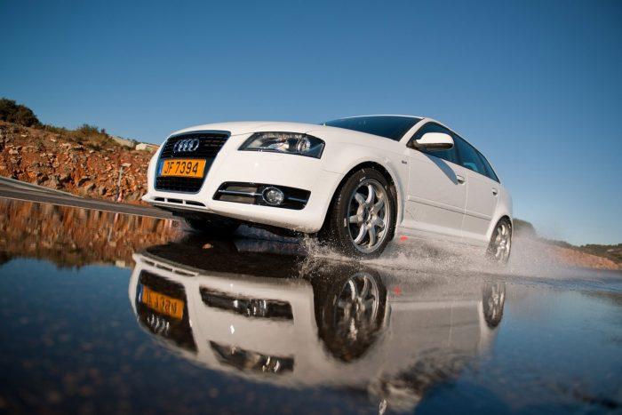 Ellentétes elvásárokat támaszt a gumival szemben a jó vizes tapadás és a csekély gördülési ellenállás, ami a fogyasztás és a szén-dioxid-kibocsátás miatt elsődleges az autógyártóknak