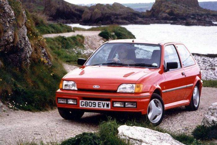 Amilyen gazdagon mérték a ködlámpákat a Ford Fiesta RS Turbo-ra, olyan kevés küllő jutott a kerekekre.
