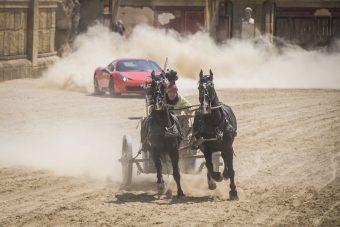 Hihetetlen lóversenyben győztek le egy Ferrarit