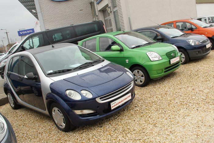 Balra a Smart Forfour, jobb szélen a 2005 utáni Ford FIesta. Az egyik stílusos és ritka, a másik egy minden szempontból ésszerű konkurens. Mindkettőt jót vezetni akárcsak a SEAT Ibizát