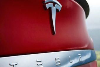 Szórjuk a milliárdokat a Tesla idecsábítására