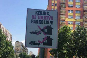 Rejtélyes táblát kaptak a parkoló autósok egy budapesti utcában